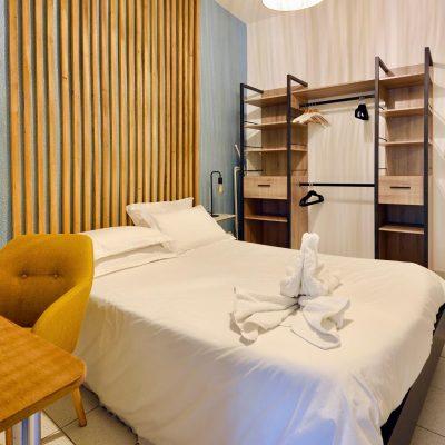 Chambre avec une décoration industrielle et bois à Pertuis