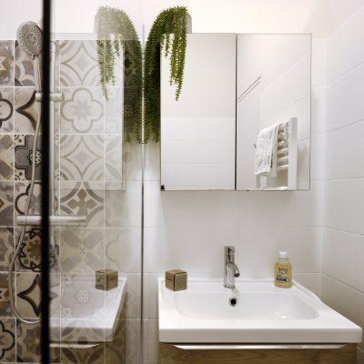 salle de bain avec carreaux de ciment en Luberon